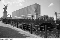 250px-Bundesarchiv_B_145_Bild-F088843-0020,_Berlin,_Schloßbrücke,_DDR-Außenministerium